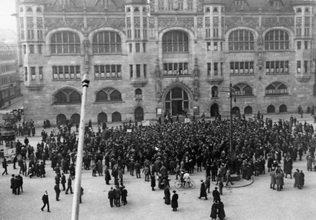 Versammlung vor dem Rathaus