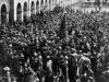 Blick auf eine Menschenmenge im Hof der Rotebühlkaserne in Stuttgart. Verteilen der Waffen am 09. November 1918