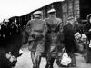 Nazi Offiziere überwachen eine Deportation im Jahr 1941