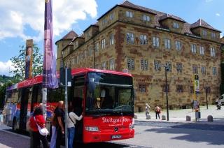 Stuttgart Tour Bus vor dem alten Schloß Stuttgart